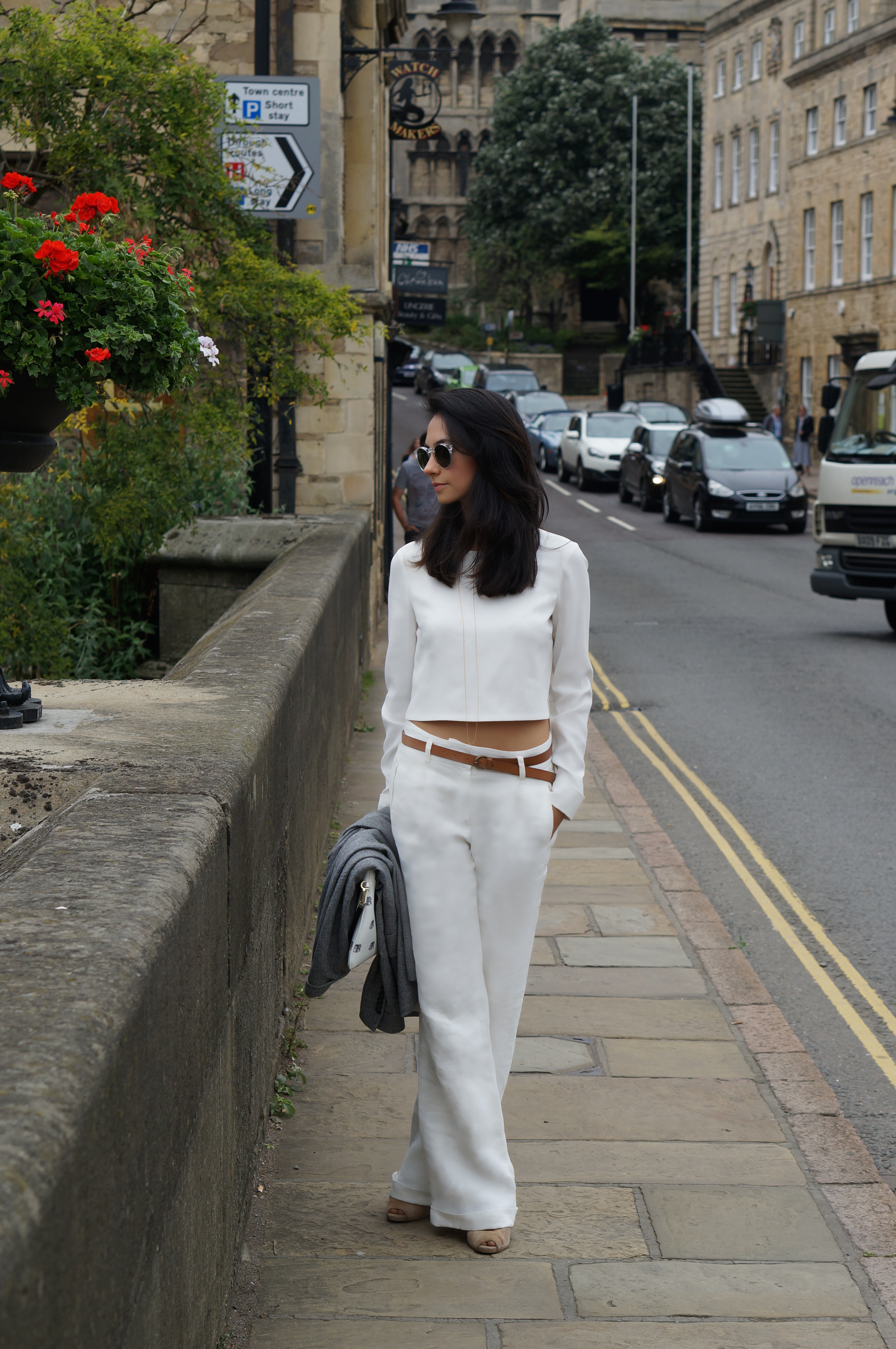 BLOGGER MINIMAL WHITE OUTFIT FALL 3