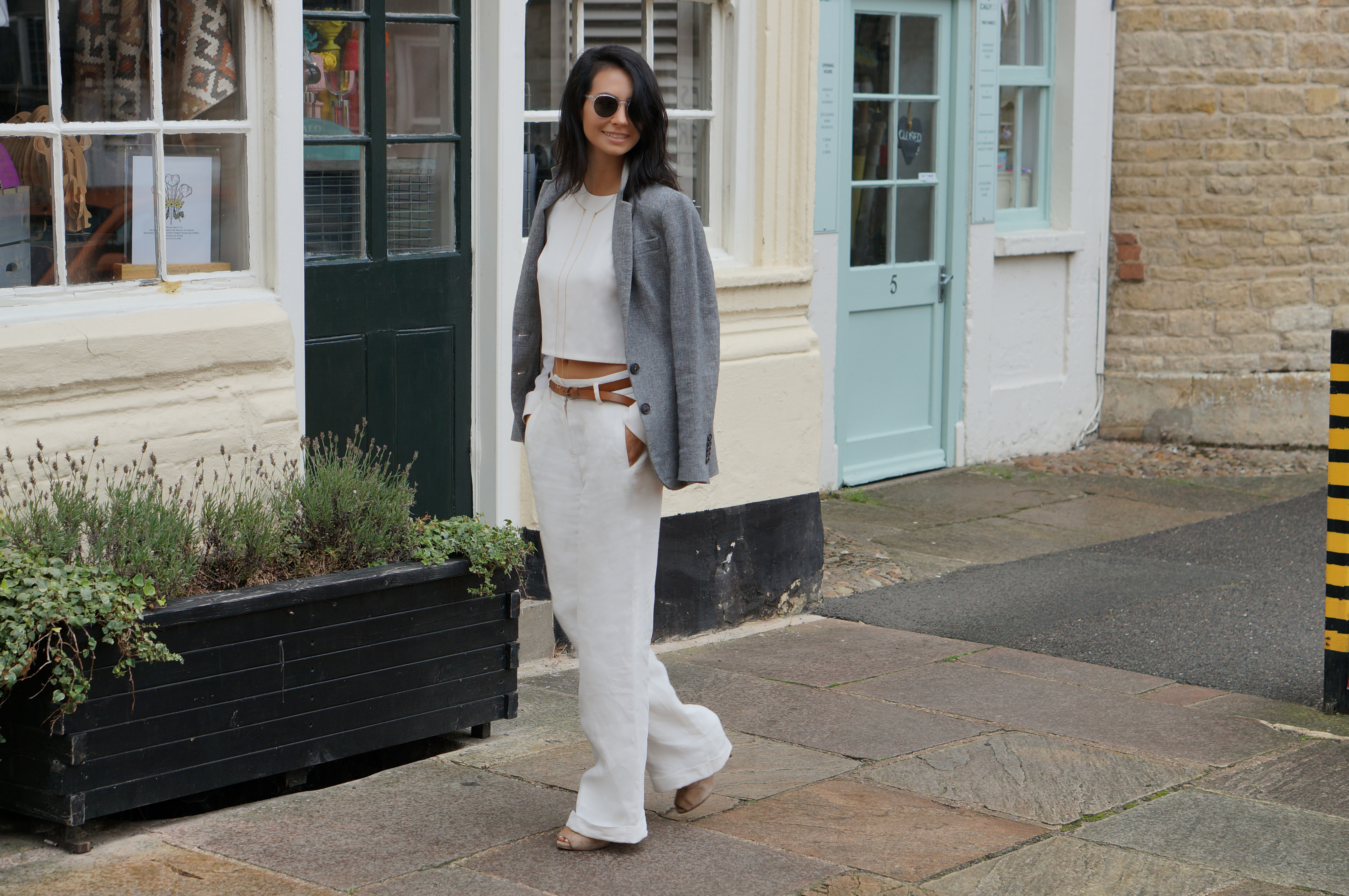 BLOGGER MINIMAL WHITE OUTFIT FALL