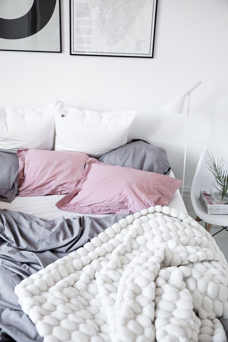 minimalist-bedrooms-pillows-decor